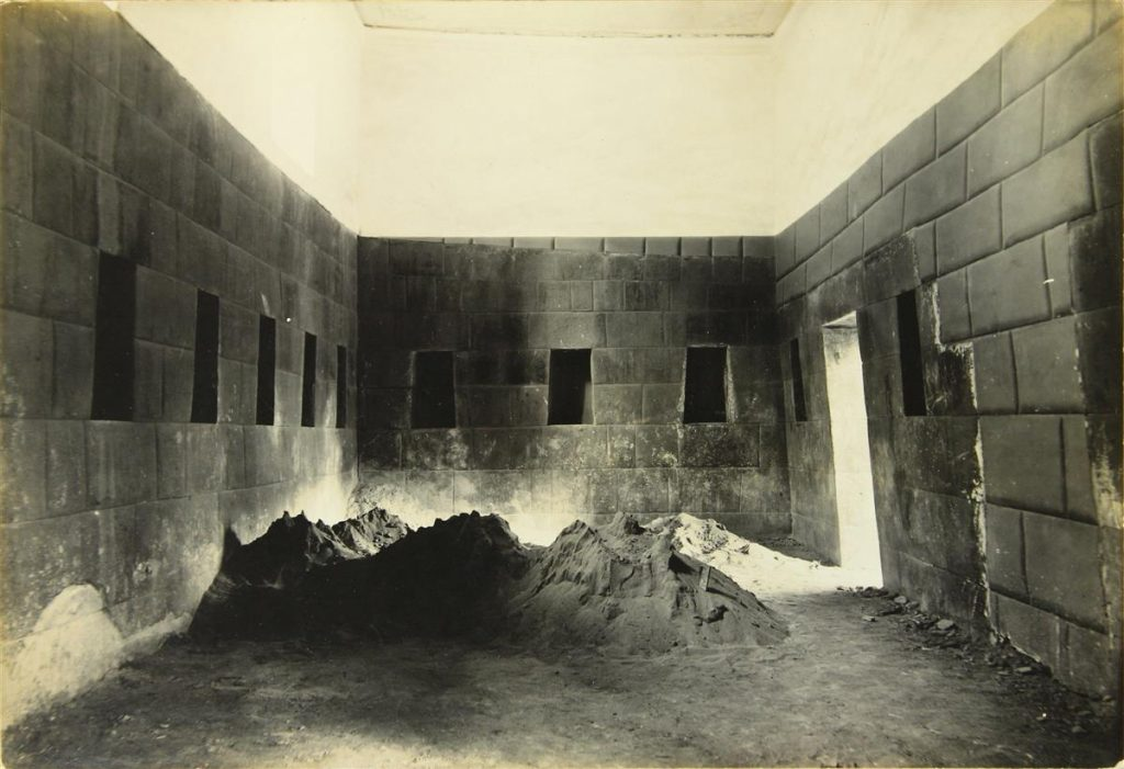 Interior image from the 1920s of Peruvian architecture by Martín Chambi.